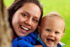 Uśmiechnięta matka z dzieckiem